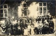 Mācītājs Žanis Kristbergs pie Umurgas mācītājmuižas (Pirmajā rindā 4. no kreisās puses)